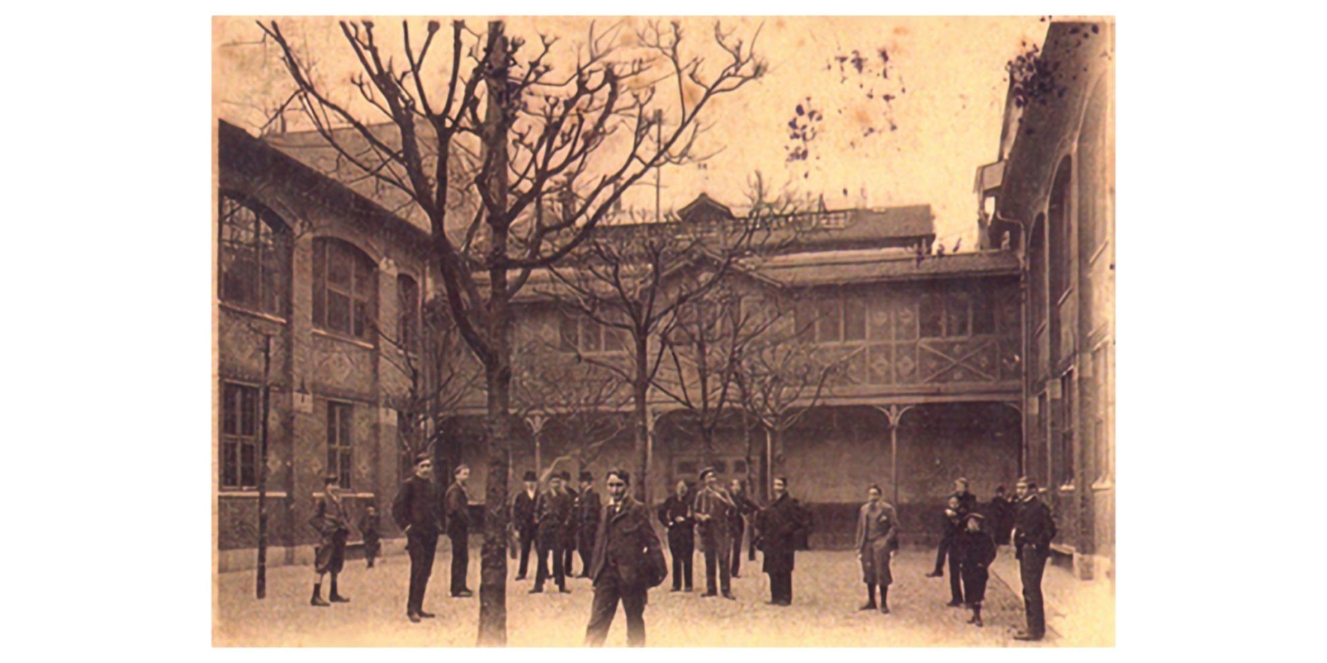 Lien : L'histoire de l'École sur notre site Archives